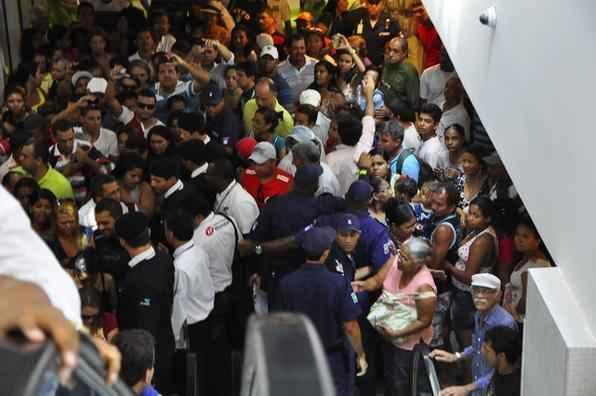 Multidão foi ao RioMar Shopping. - Bruna Monteiro/Esp DP/D.A Press