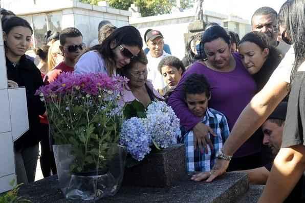 Parentes e amigos de v�timas do inc�ndio na Boate Kiss acompanham enterro no Cemit�rio Ecum�nico Municipal. Foto: Wilson Dias/ABr -