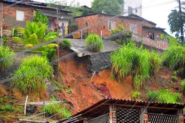 Resultado de imagem para chuvas causam estragos em pernambuco