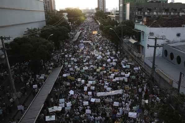Multidão fecha a Conde da Boa Vista em caminhada sentido ao Marco Zero. Foto: Teresa Maia/DP/D.A Press -