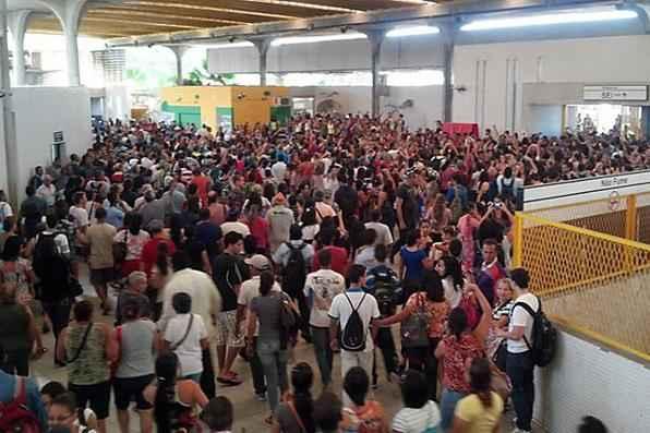 A Estação Recife está bem tumultuada nesta manhã, com muita gente e empurra-empurra por conta da falta de ônibus de integração. Foto: Tato Rocha/Divulgação  -