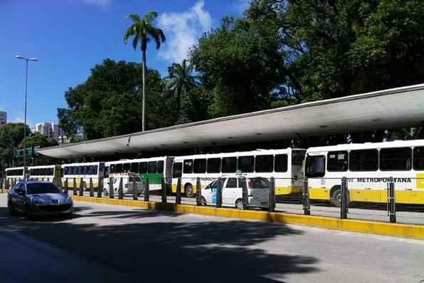 Na praça do Derby vários ônibus estão estacionados. Foto: Carolina Braga/Esp. DP/D.A Press -