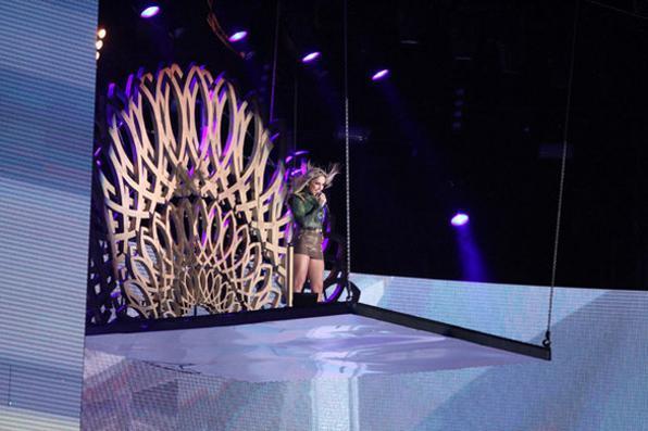 Claudia Leitte entrou no palco em cima de uma estrutura suspensa. Palco tinha ainda elevador e muitos efeitos pirotécnicos. Foto: Nando Chiappetta/DP/D.A Press -