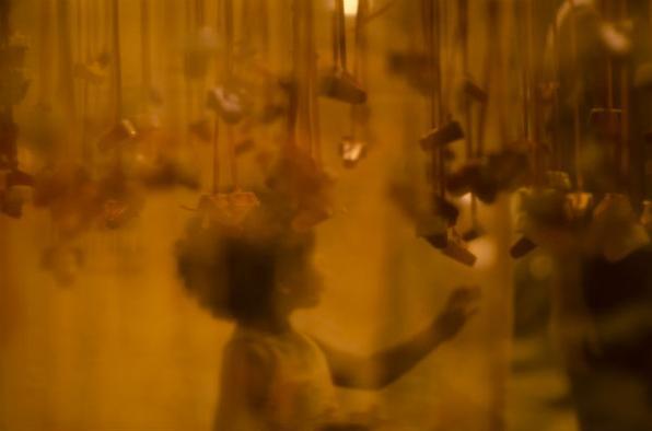 Espaço expositivo com fotografias em monóculos, criadas sob o tema 1 amor em 3 imagens. Crédito: Renata Pires -