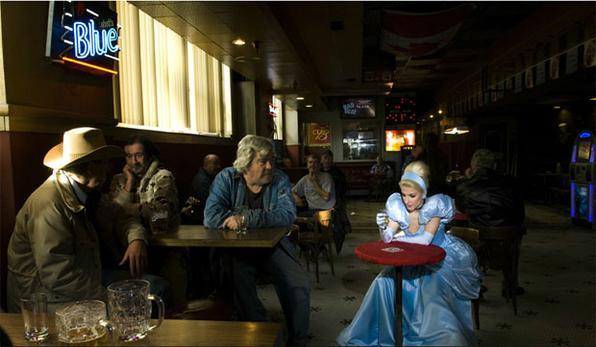Será que as princesas realmente viveram felizes para sempre? A artista canadense Dina Goldstein imagina princesas clássicas no mundo real - e com problemas reais. Na série de fotos 'Fallen Princesses', ela retrata os contos infantis de forma irônica, como a Cinderela acima. Foto: Dina Goldstein  -