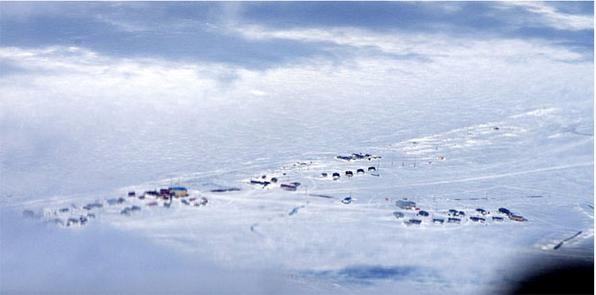 A pequena e remota comunidade de Wales fica no ponto mais a oeste dos EUA, no Estado do Alasca, com vista para o mar de Bering. O fotógrafo Ed Gold passou semanas documentando a rotina da pequena comunidade de etnia Inupiaq. Foto: Ed Gold -