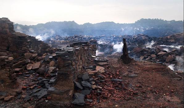 O fotógrafo Arindam Mukherjee fez imagens da cidade de Jharia, leste da Índia, onde o fogo queima no subsolo há mais de 80 anos devido à presença do carvão. Todos os esforços para acabar com o fogo não funcionaram.  Foto: Arindam Mukherjee/BBC Brasil -