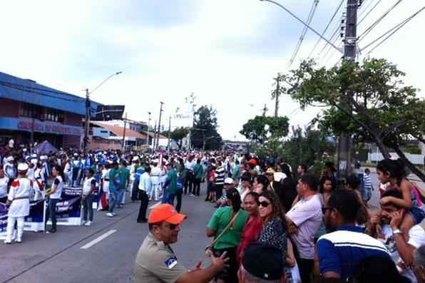 Muitas pessoas aguardam o desfile cívico que acontecerá na Mascarenhas de Moraes. Foto: Jailson da Paz/DP/D.A Press -