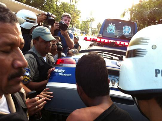 O protesto que estava ocorrendo de forma pacífica na Praça do Derby acaba de se tornar uma grande confusão com policiais fazendo uso de balas de borracha, cassetetes, bombas de gás lacrimogêneo e spray de pimenta contra manifestantes. O confronto teve início com uma discussão entre um policial e um jovem que usava máscara, mas ganhou corpo quando outros manifestantes se envolveram para tentar impedir que o mascarado fosse detido. Foto: Glynner Brandão/DP/D.A Press - Glynner Brandão/DP/D.A Press