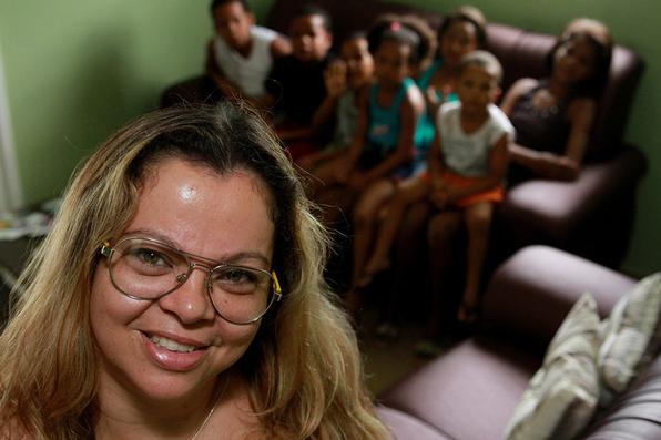 Mãe com sete filhos morava com eles no lixão de Carpina. Ela os negligenciava, espancava e obrigava a trabalhar no lixo, cuidando de porcos e gado. A vizinhança denunciou e o Conselho Tutelar retirou as crianças do local e as colocou numa casa onde uma mãe social toma conta deles até alguém se interessar a adotá-los. - Annaclarice Almeida/DP/D.A Press