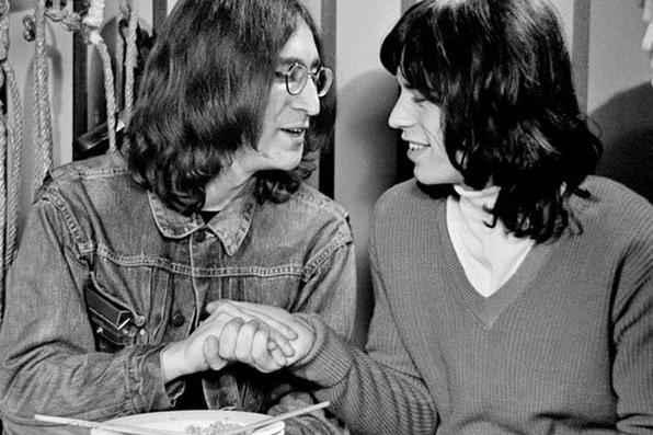 Uma exposição de fotografia da Biblioteca de Windsor, na Inglaterra, mostra imagens raras de astros do rock dos anos 1960, feitas pelo fotógrafo local Michael Randolph. A mostra se concentra em seu trabalho como fotógrafo oficial do show The Rolling Stones Rock and Roll Circus, filmado em 1968. Acima, John Lennon e Mick Jagger.  -