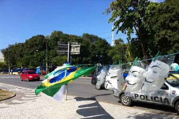 Bandeiras do Brasil e m�scaras est�o � venda na frente do parque 13 de Maio. Foto: Jailson da Paz/DP/D.A Press -