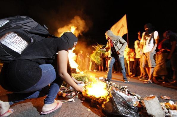 Frente de Luta e Black Blocks protestam colocam fogo em lixo no centro do Recife. - Blenda Souto Maior/DP/D.A Press.