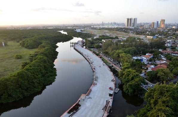 Obras da construção da Via Mangue, no trecho situado na comunidade de Encanta Moça, zona sul do Recife. - Cristiane Silva/Esp DP/D.A Press