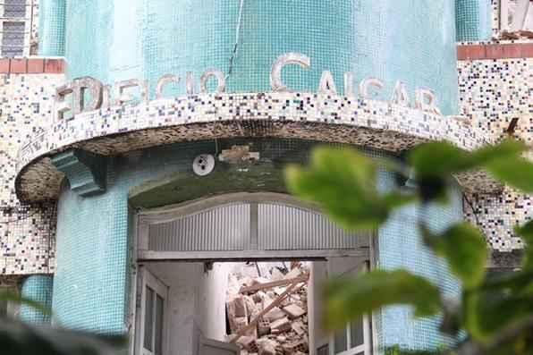 Edifício Caiçara é demolido na Avenida Boa Viagem. Apesar de recomendação do Ministério Público para manutenção da edificação, o imóvel foi quase todo derrubado. Foto: Bruna Monteiro/DP/D.A Press -