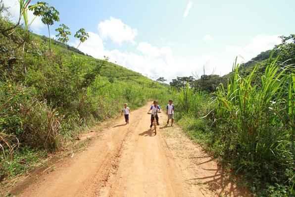 Em zonas rurais, o transporte é fundamental. E a bicicleta aumenta o estímulo de ir estudar. Pernambuco registrou, ao lado do Maranhão, o mais baixo índice de abandono escolar no ensino fundamental do Nordeste, cerca de 3,7% em 2012. Foto: Annaclarice Almeida/DP/D.A Press -