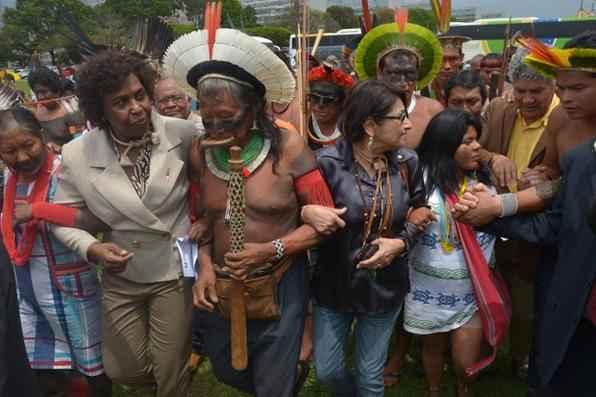 As deputadas Benedita da Silva, Janete Capiberibe e outros parlamentares reúnem-se com índios acampados em frente ao Congresso e recebem lista de prioridades de todas as etnias indígenas. Foto: Wilson Dias/ABr -