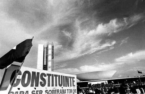 Passados 25 anos, a Constituição já foi modificada 80 vezes por meio da aprovação e promulgação de 74 propostas de emenda à Constituição (PECs). 01/02/1987. Pessoas em frente ao Congresso Nacional durante a instalação da Assembleia Nacional Constituinte.  Foto: Gilvaldo Barbosa/CB/D.A Press - Gilvaldo Barbosa/CB/D.A Press