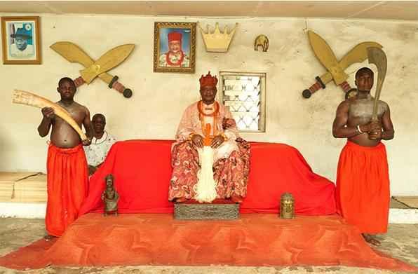 O fotógrafo nigeriano George Osodi registrou imagens inéditas dos reis da Nigéria. Nesta imagem, o monarca Oharisi III, rei de Ughelli, no sul do país. Foto: George Osodi.  -