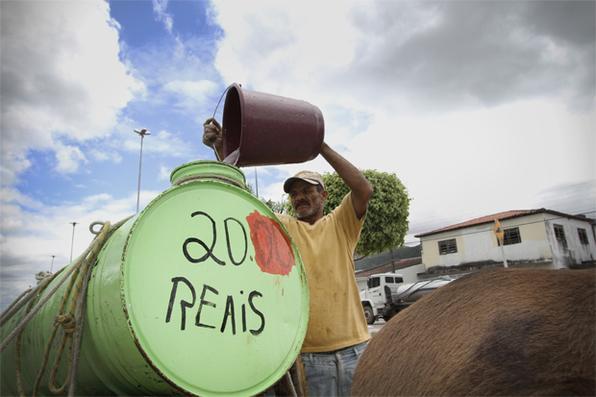Placas de vende-se e aluga-se colocadas nas casas e estabelecimentos comerciais de Águas Belas estão deixando o município com cara de abandono. Foto: Paulo Paiva/DP/D.A Press  -