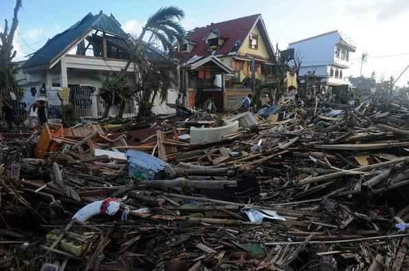 O tufão Haiyan deixou ao menos 10 mil mortos e 2 mil desaparecidos em sua passagem pelas Filipinas, 125 mil estão desabrigadas no centro do Arquipélago das Filipinas. -