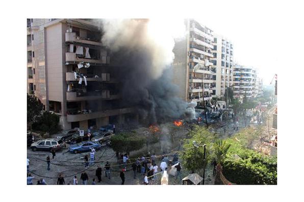 O assessor cultural da embaixada do Irã em Beirute e outras 21 pessoas morreram e quase 150 ficaram feridas em dois atentados nesta terça-feira diante da embaixada iraniana na capital do Líbano. Foto: AFP Photo -