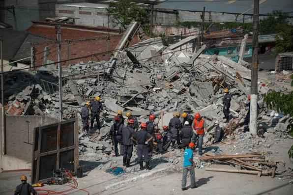 O Corpo de Bombeiros continua as buscas por uma pessoa que pode estar soterrada nos escombros do prédio que desabou na noite de ontem (3) em Guarulhos, na região metropolitana de São Paulo. Foto: Marcelo Camargo/Agência Brasil -