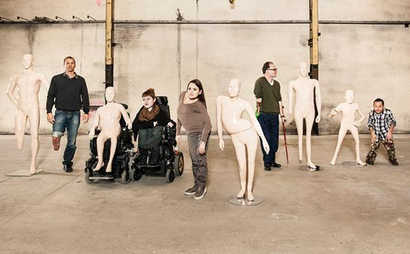 Os manequins foram produzidos a partir das medidas de pessoas reais com algum tipo de deficiência. A proposta da ong Pro Infirmis era provocar pessoas sobre o conceito de perfeição e a aceitação de pessoas com deficiência. Foto: Proinfirmis.ch/Reprodução -