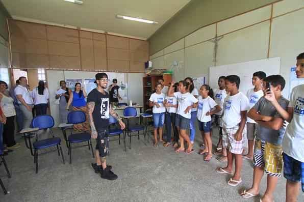 O artista, revelado no programa musical The X-Factor do ano passado, foi à sede do Movimento Pró-Criança, na comunidade de Dom Hélder Câmara. Foto: Annaclarice Almeida/DP/D.A Press -
