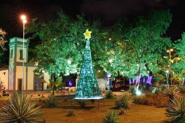 Basta o mês de dezembro iniciar para as casas e ruas se vestirem de luz para celebrar o Natal. A praça Miguel de Cervantes, na Ilha do Leite, também está pronta para o Natal. Foto: Ricardo Fernandes/DP/D.A Press -