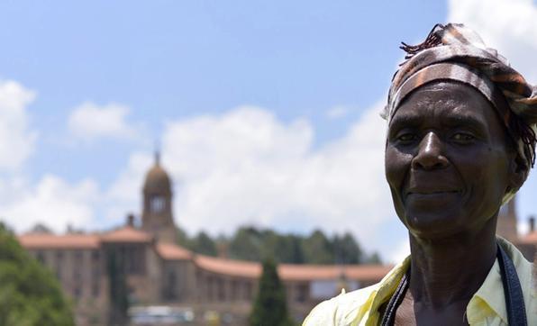 A estimativa das autoridades sul-africanas é que cerca de 60 mil pessoas tenham visitado o caixão com o corpo de Nelson Mandela até o fim do dia de hoje (13). A visitação pública teve início na quarta-feira, no Union Buildings, o Palácio do Governo. Na foto, Catherine Muná. Foto: Marcello Casal Jr./Agência Brasil -