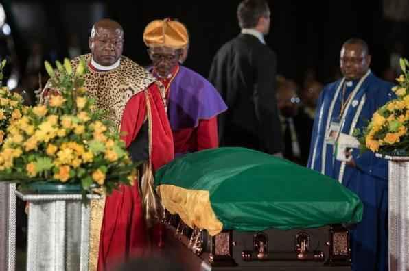 Líderes tribais compareceram a cerimônia. Ex-presidente e líder antiapartheid foi enterrado ao lado de filhos em Qunu.  -    AFP PHOTO / IRINA KALASHNIKOVA