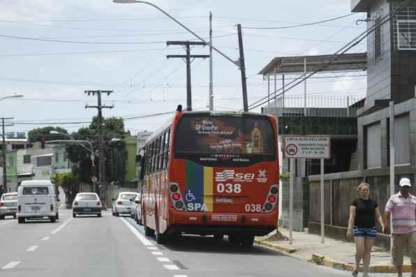 O primeiro dia útil de funcionamento da Faixa Azul no Recife foi um misto de alívio temporário para mergulhar novamente no caos. O trecho da faixa exclusiva do ônibus de 1,6 km na Rua Cosme Viana, no bairro de Afogados, corresponde apenas a uma parte do sistema de 12 faixas a ser implantado pela Companhia de Trânsito e Transporte Urbano (CTTU) até 2014. Foto: Blenda Souto Maior/DP/D.A Press -