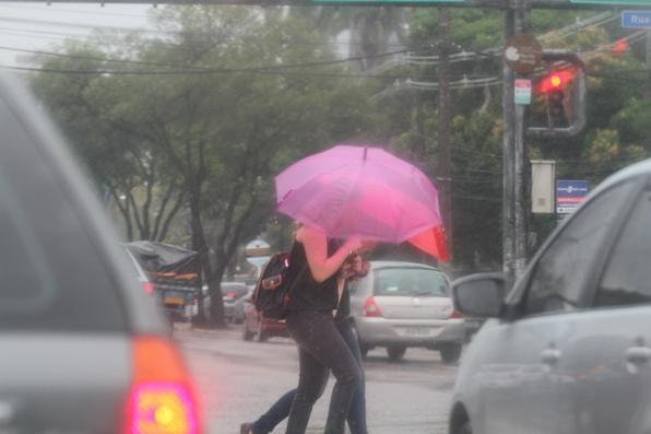 19/12/2013. Credito: Paulo Paiva/DP/D. A Press. As chuvas que atingem o Recife desde a madrugada desta quinta-fera já superaram em 50% a média de precipitações prevista para todo o mês de dezembro. Até as 10h da manhã foram registrados 90 mm contra uma média histórica de 60 mm registrada normalmente nos últimos 30 dias do ano. Em 2012, por exemplo, as chuvas atingiram a marca de 25,1 mm em todo o mês de dezembro. - Paulo Paiva/DP/D.A Press