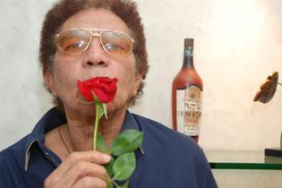 Música perde o Rei Rossi (Aos 70 anos, o cantor Reginaldo Rossi faleceu às 9h25 desta sexta-feira, por falência múltipla de órgão. Ele estava internado desde o dia 27 de novembro no hospital Memorial São José, onde foi diagnosticado com um câncer no pulmão.)