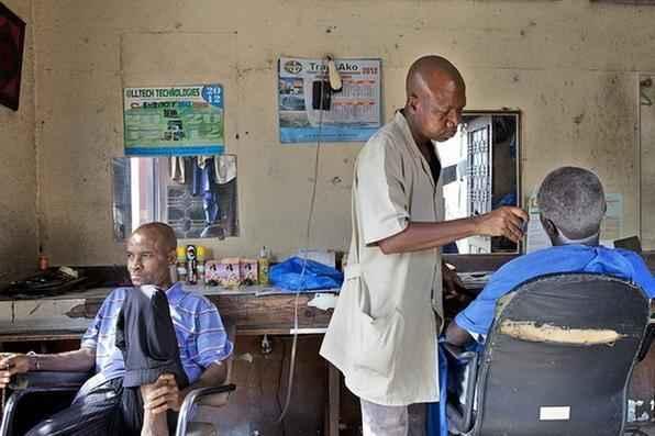 Barbearia em Abidjan, na Costa do Marfim.  -