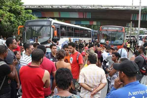 Usuários do Terminal Integrado de Passageiros da Macaxeira fizeram protesto na manhã desta quarta-feira. As pessoas se queixam da demora dos coletivos. Foto: Júlio Jacobina/DP/D.A Press -