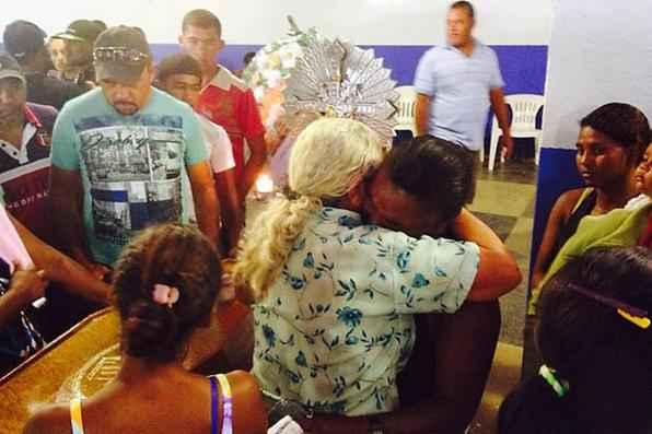 O clima é de emoção e desolação na cidade enlutada.Os corpos dos 10 mortos no acidente com uma van que levava trabalhadores rurais do Agreste de Pernambuco para Alagoas, ocorrido na noite da segunda-feira em Venturosa, estão sendo velados nas casas de seus familiares, em sítios, na zona rural do município de São Caetano. Foto: Teresa Maia/DP/D.A Press -