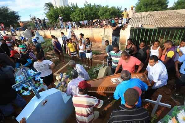 Centenas de pessoas acompanharam os velórios e sepultamentos dos dez mortos no acidente em Venturosa, nesta quarta-feira (26). O pequeno município de Betânia, cidade de origem das vítimas, está de luto pela tragédia com os trabalhadores rurais que seguiam para um canavial no interior de Alagoas. Foto: Teresa Maia/DP/D.A Press -