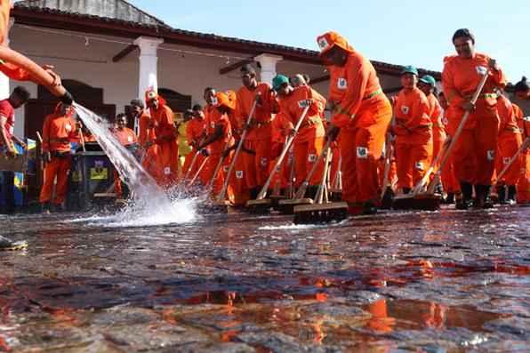 Garis estão começaram a limpeza pelo Mercado da Ribeira. A operaçã conta com 200 litros de concentrado de eucalipto. Foto: Júlio Jacobina/DP/D.A Press -