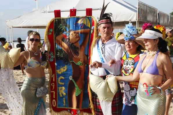 Como tradicionalmente acontece nas manhãs das sextas-feiras ''gordas'', o Clube dos Rapazes Inocentes (CRI), formado por homens e mulheres da terceira idade, dá as boas vindas ao carnaval. Foto: Júlio Jacobina/DP/D.A Press -