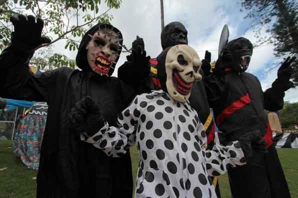 Domingo é dia de Papangus. Hoje, o tradicional desfile dos mascarados deve atrair mais de 300 mil pessoas a Bezzeros, cidade a 107 quilômetros do Recife. É o 3° carnaval mais procurado em Pernambuco. Foto: Annaclarice Almeida/DP/D.A Press -