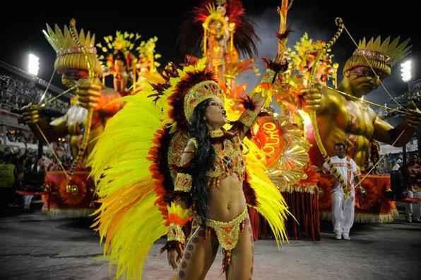 O primeiro dia de desfiles do Grupo Especial no Sambódromo do Rio aconteceu com brilho e beleza. A Beija- Flor e a Salgueiro arrancaram gritos de é campeã do público das arquibancadas da Praça da Apoteose, onde ocorre a dispersão dos componentes. Foto: Fernando Frazão/Agência Brasil  -