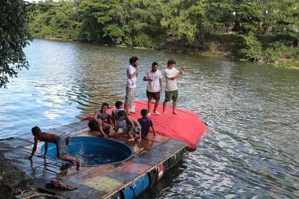 Cerca de 50 pessoas foram conferir projeto que permite, por meio de uma bola gigante, ''andar'' pelas águas do rio. Foto: Nando Chiappetta/DP/D.A Press -