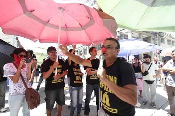 Por volta das 10h, os comerciantes fecharam o cruzamento da Avenida Conde da Boa Vista com a Rua Gervásio Pires, no centro do Recife. Na altura no Colégio Marista, na Avenida Conde da Boa Vista, integrantes do movimento ''Não vai ter Copa'', que acompanhavam a passeata, picharam o rosto e as costas de um policial militar. Foto: Alcione Ferreira/DP/D.A Press -