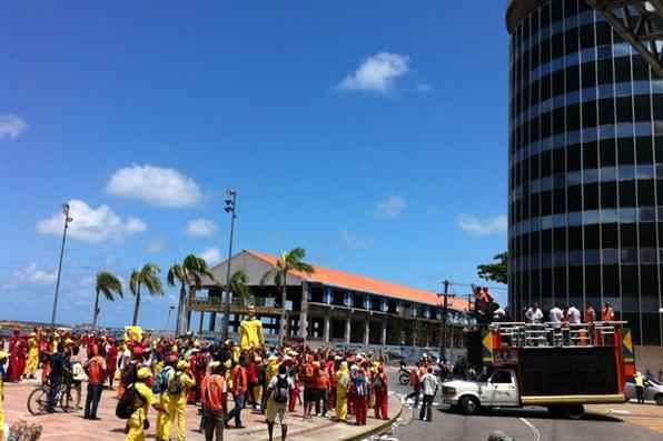Os trabalhadores da limpeza urbana do Recife, em greve desde a noite de ontem, realizam uma passeata pelas ruas da cidade, na manhã desta sexta-feira. Foto: Anamaria Nascimento/DP/D.A Press -