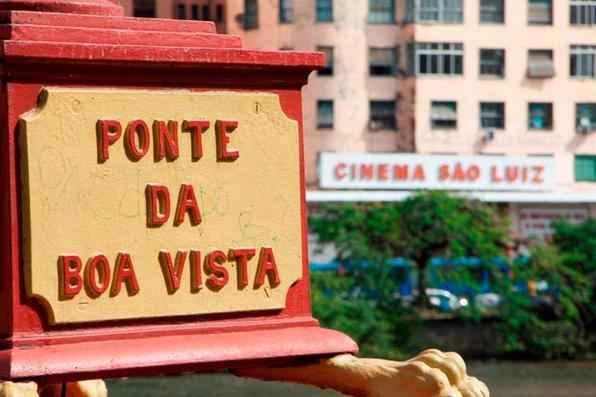 Os alunos buscam provocar reflexão sobre o poder da imagem e a valorização dos espaços urbanos cotidianos. O Isso não é... inspira-se em René Magritte, um dos mestres do surrealismo. Foto: Elyzangela Freitas/Divulgação -
