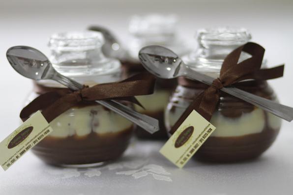 Na Semana Santa o comércio está diversificando as ofertas de presentes relacionados com a Páscoa. Fundue e creme de chocolate são algumas alternativas aos já consagrados ovos de páscoa. Brigadeiro Kit Kat Juliana Serpa - R     -
