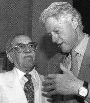 : Crédito: Ediouro Publicações/Reprodução. O escritor Gabriel García Márquez conversa com Bill Clinton em março de 2007 em Cartagena, imagem do livro Gabriel García Márquez: uma vida, de Geral Martin.  -