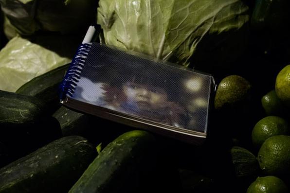 A exposição simula a dinâmica das feiras livres, com som e vídeos artísticos produzidos nos locais das imagens. Foto: Iezu Kaeru/Divulgação -